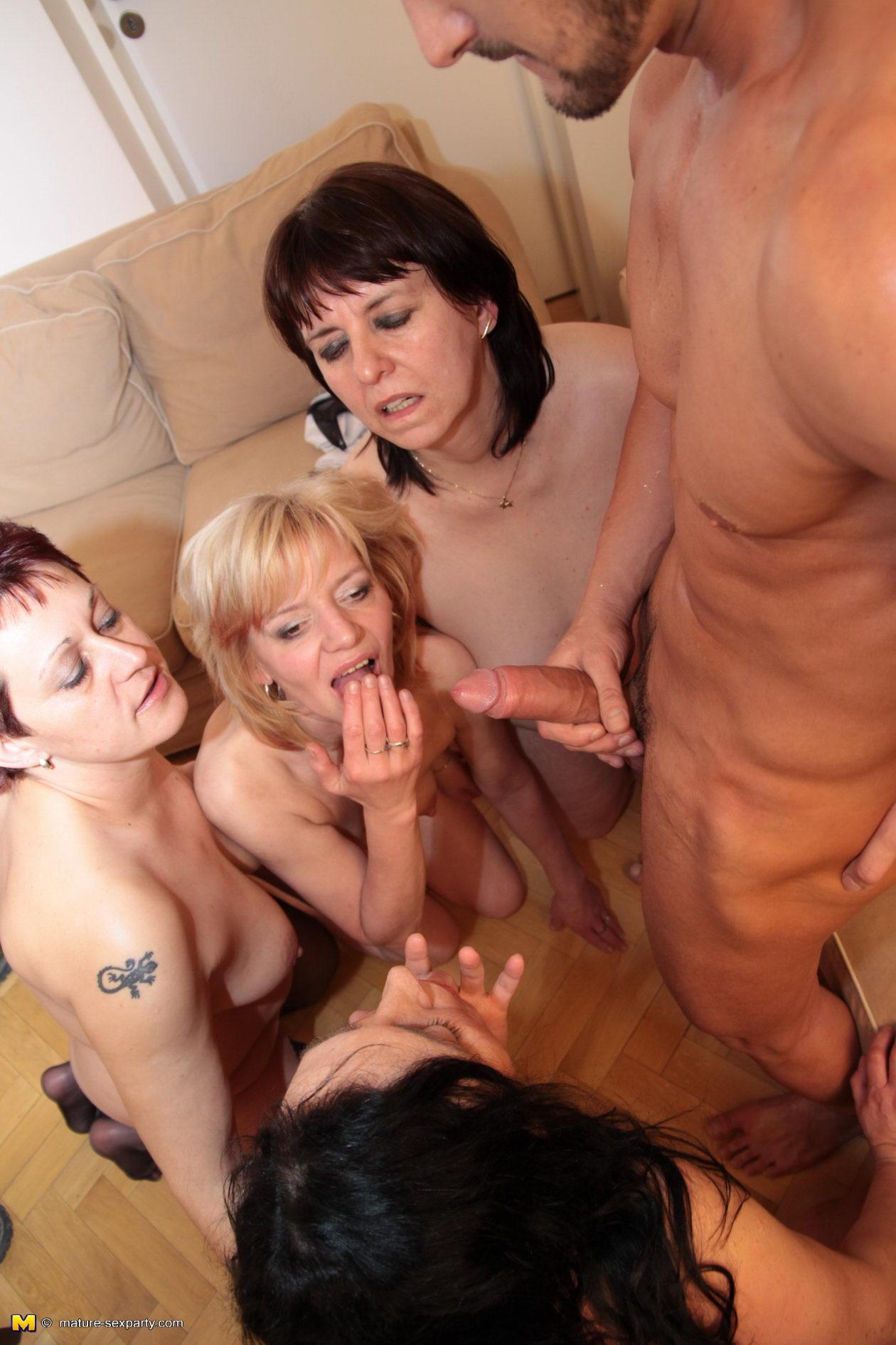Порно в клубе зрелые